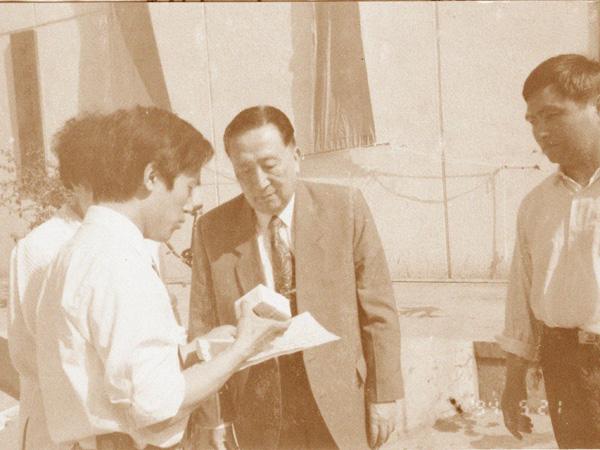 湯傳忠給吳階平(中華醫學會名譽會長)先生介紹產品