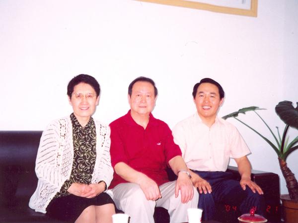 湯傳忠與黑龍江兒科學科帶頭人李樹林教授及夫人合影
