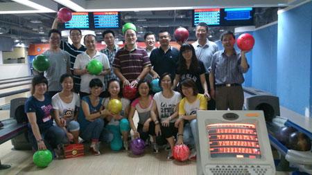 我公司组织管理人员参加保龄球活动