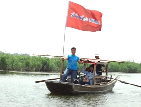 泛舟东平湖 情系bwin国际娱乐